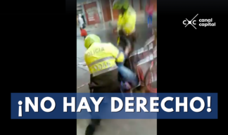 El video muestra el momento en que dos policías agreden a hombre en silla de rudas