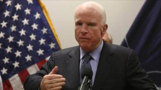 Senador estadounidense John McCain suspende tratamiento de cáncer