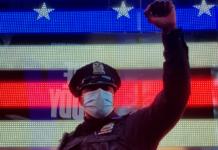 Policías de Nueva York y Nueva Jersey se arrodillan en solidaridad protesta